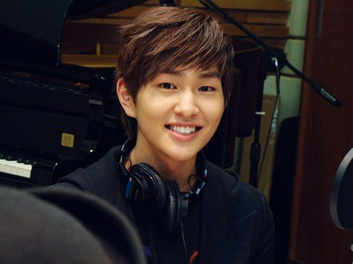I LIKE ONEW, I THINK HE'S THE FUNNIEST IN SHINEE!! WELL THIS IS THE HAIRSTYLE THAT I LIKE ON HIM!!!!