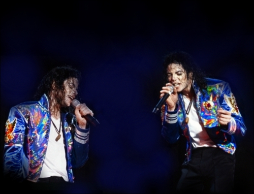ooh there are so many ,like in Bad tour,in Billie jean,beat it,bad OOH GOD YEAH THIS 夹克 BOTDF IN HISTORY TOUR :D :D :D DAMN HE LOOKS SO HOT AND BLUE IS SURE ONE OF HIS COLOURS ;D!!!!