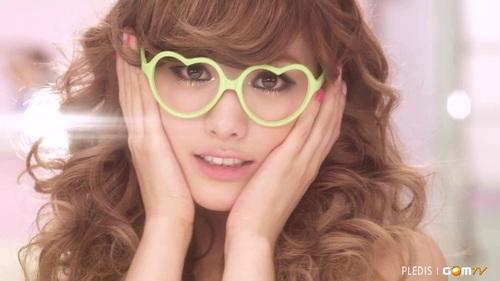 Nana!! soooo cute ^_^ I l♥ve her glasses!!