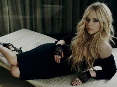 I've been told that i kinda look like Avril Lavigne!!