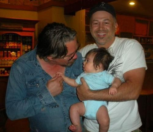 *Tries to resist posting her obsession* Never mind, Tommy Flanagan and this Zufällig baby + baby's dad is too cute (ignoring the dad).