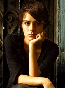 Shannyn Sossamon I Liebe that she can look naturally beautiful and doesn't need tons of makeup on her face. She also gets away with some of the weirdest haircuts, but somehow, it works on her.
