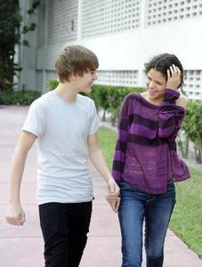 Aw I'm sure he is not gay. Cuz Selena Gomez is not too stupid to choose a gay to be her boyfriend. Moreover I believe in JB
