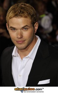 Kellan Lutz!!!And a iPhone4^^