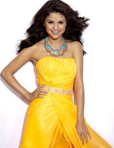 here's mine selena with wearing yellow dress..^^