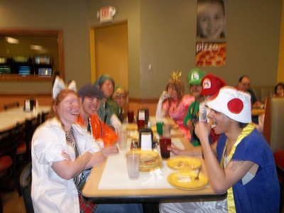 I got 2 i wanna post Xd but this one won, nothing says cosplay than eat at cici's ピザ w mairo luigi 桃, ピーチ link link toad holo and akito/agito