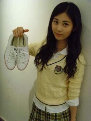 Seohyun in yellow..