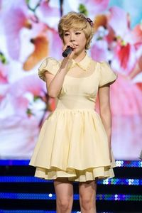 my fave member Sunny my fave color yellow it really SUITS/スーツ her right? ^^
