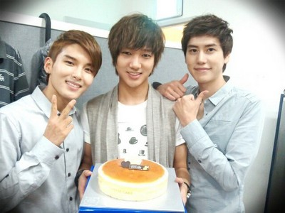 All have really good voices, but Ryeowook IMO is the best. He has great technique and he has a good ear so he rarely sounds off-key. He also sounds pretty much the same live. Plus, his voice is so beautiful :) Yesung is probably 2nd. He is really great at putting emotion into his voice, and his voice is nice and husky and deep. He just isn't as stable live and he can sound breathless. Kyuhyun is also good, but his voice doesn't stand out as much compared to Ryeowook and Yesung. His range doesn't seem as wide either. But they're all great.