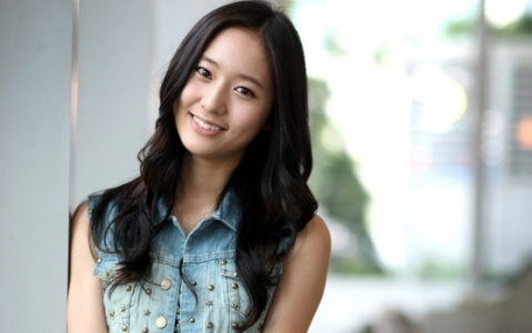 I know most would answer victoria as she has unique features and is مقبول and others would say sulli cause shes meant to be the visual anyways But i think KRYSTAL she is appealing and her smile and eyes are soo adorable