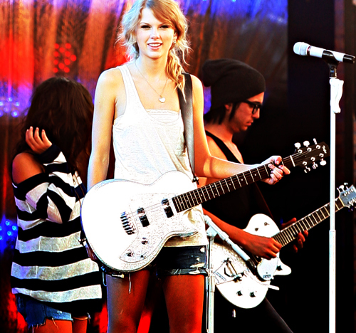 HERE r some pics, in which is wearing WHITE color outfits !!! <13  1.http://userserve-ak.last.fm/serve/_/33878263/Taylor+Swift+VMA+promo++white+dress+3.jpg 2.http://www.mayasari.net/wp-content/uploads/2012/04/Taylor-Swift-at-2012-Country-Music-Awards.jpg 3.http://3.bp.blogspot.com/_-1GM7VDiWKE/TAV63giBk7I/AAAAAAAACtU/qSe7c6n8kbk/s1600/Amazing+Taylor+Swift+In+White+Dress+And+With+Her+Guitar.jpg