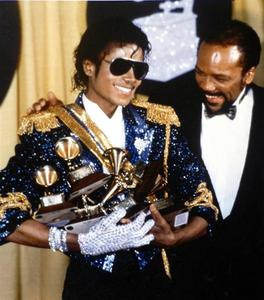 """I'm so shocked Von all these people who claim to have been Michael's """"friends""""! It's unbelievable, but Quincy sagte this AFTER Michael's death! He accused him of lying about his vitiligo and lung problems, he even told the media that what Michael had told him, was """"bullshit.""""! The autopsy Berichten proved that Michael told the truth, he had vitiligo and """"chronic lung inflammation, respiratory bronchiolitis, diffuse congestion and patchy hemorrhage of right and left lungs"""", and he had had it for many years. Quincy is the one who's talking b.s.!"""
