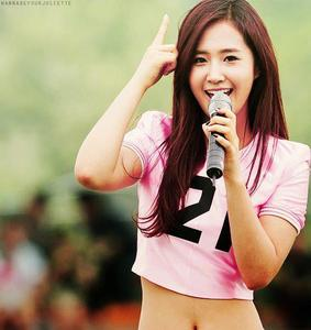 yuri wearing oh costume when performing gee <3