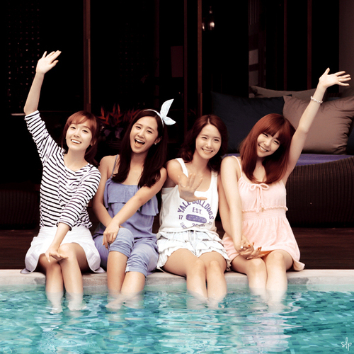 I think it's Jessica, Yoona and Tiffany....^__^