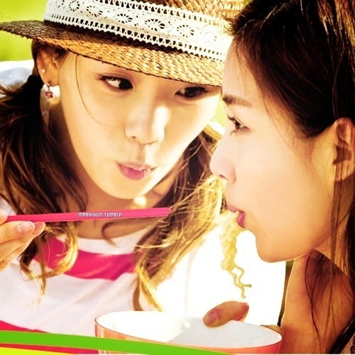 Cute couple .. !! Taeyeon Dorky ,, Kid Leader ,, Cute ,, Pretty ,,Beautiful ,, and Main Vocalist ,, ♥♥ Seohyun Youngest ,, Maknae of SNSD ,, Cute ,, Pretty ,, Beautiful ,, ♥♥ and mais hahaha .. !!