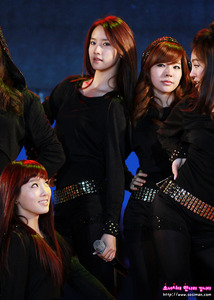 I wonder why they are looking at Yoona. ^^ 1st pic: http://25.media.tumblr.com/tumblr_m1fa3tjcAe1r6izg9o2_1280.jpg Full ver. of 1st pic: http://25.media.tumblr.com/tumblr_lw265yRmBa1r4r62mo1_100.gif That's all hope あなた like them! ^^