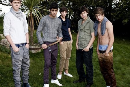 Liam's got his シャツ off and they look really serious which is really hot.