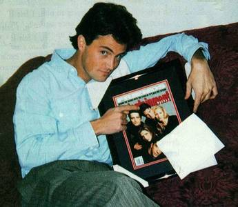 perry points to himself in a friends cast fotografia