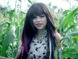 Selena Gomez has different hair Colors(色) in her 音楽 video called hit the lights. The Colors(色) are Blue, Purple and ピンク Highlights.