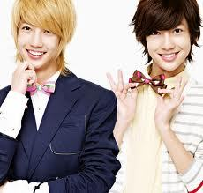 Here are a few differences: Their jaw-lines are different. Kwangmin's is sharp, and Youngmin's is smooth. Youngmin is еще talkative than Kwangmin. I think Kwangmin has a deeper voice than Youngmin. That's about it. :)