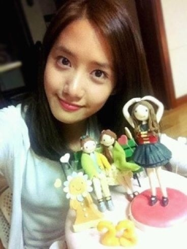 yoona all the way...the thing with yoona is she have a clear and bright skin with or without make up