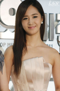 Kwon Yuri..^^ images5.fanpop.com/image/photos/27900000/Yuri-SBS-Gayo-Daejun-Red-Carpet-kwon-yuri-27984338-1024-682.jpg