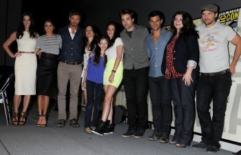 I was there and they showed the first 7 मिनटों of BD 2 and another clip of Bella getting सलाह from the rest of the Cullens before Charlie comes to visit Bella.Here is a pic of the cast at Comic Con.Sorry cant post a video of the first 7 min.of BD 2.