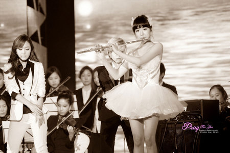 Tiffany playing the flute, I can play this too! ^^
