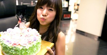 [CONTEST] post a girlgroup/female idol with food!