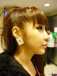 Post a pic of an idol wearing cute earings.