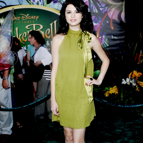 POST A PIC OF SELENA WEARING SOMETHING GREEN!!!