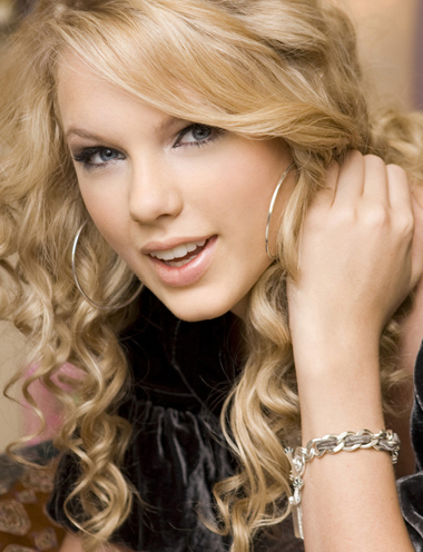 Plzz Any1 Can Post A Pic Where Taylor Is Wearing A Bracelet Taylor Swift Answers Fanpop