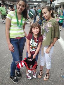 Which girl is pretteir? [A. stripes [B. Dark green