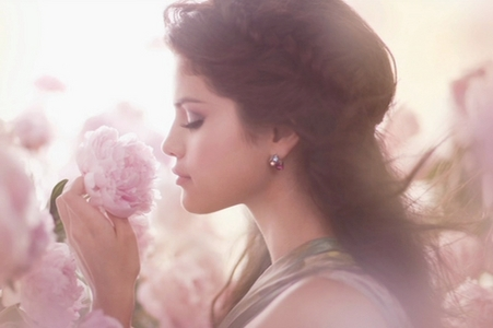 post a pic of selena with flowers