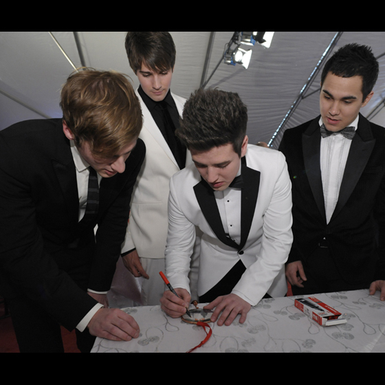 Big Time Rush signs an ornament to benefit the National Park Foundation. 사진 의해 Mark Silva for W Washington D.C.