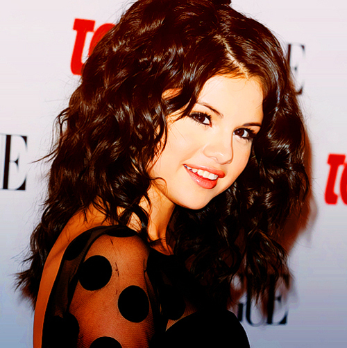 """""""Hey Everyone– Not sure if you know but, I will be the first performance for MTV in 2012 at the strike of midnight I will be performing at MTV's NYE Party. Wanna join me in New York for the countdown?"""" Selena posted on her Facebook"""