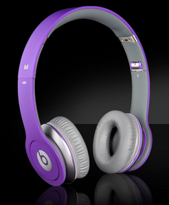 she pulled of her purple coloured head phones por dr dre