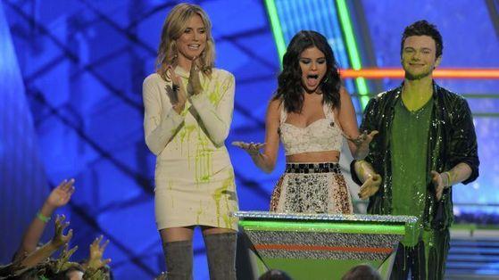 Selena Won favorit TV Actress At Kids Choice Award 2012