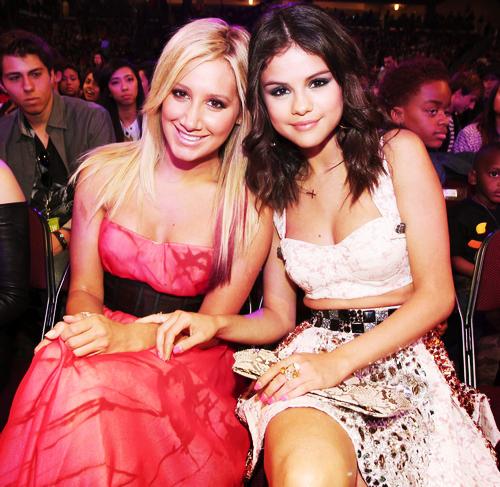Selena With Ashley At Kids Choice Awards 2012