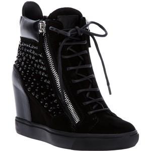 Hanna's black boots