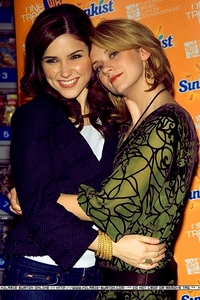 день 7 – Your Избранное cast friendship Hilarie and Sophia