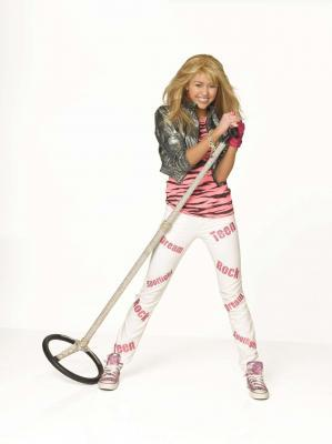 For round 5:Miley Cyrus in HM 或者 Miley Stewart photoshoot. Here :]
