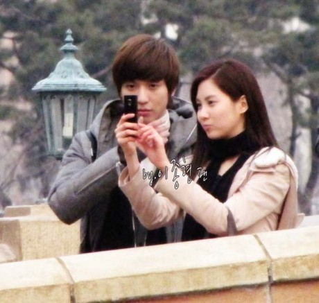 a couple with a phone<br /> next seobaby wth her fan