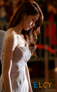 i like her dress color
