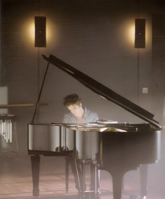Hot  Edward playing piano?