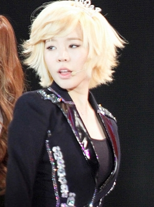 Finding a picture of sunny with a crown is like finding a needle in a hay stack. This is just a close