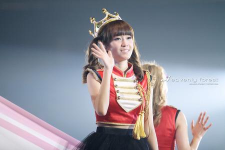tiffany ->   http://www.google.com/imgres?q=snsd+tiffany+wearing+a+crown&um=1&hl=en&biw=1280&bih=699