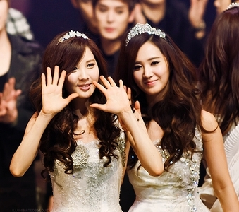 this photo for the Sleeveless dress my fav seohyun and yuri and they are wearing crown too
