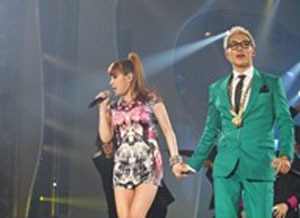 вверх and bom holding hands on stage and this is not a movie like the pix of some people uploaded of to