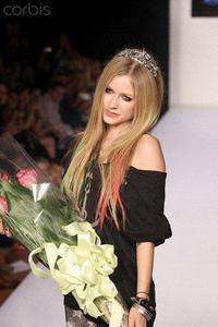 avril with an epal, apple :P
